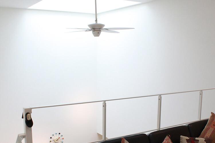 天窓+吹抜けで敷地条件に左右されることなく、室内を明るくしてくれます。