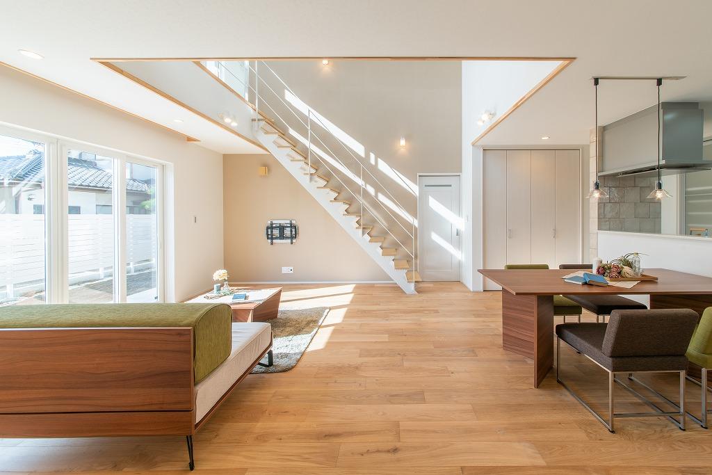 鉄骨階段と大きな吹抜けで明るく広いゆったりお住まい