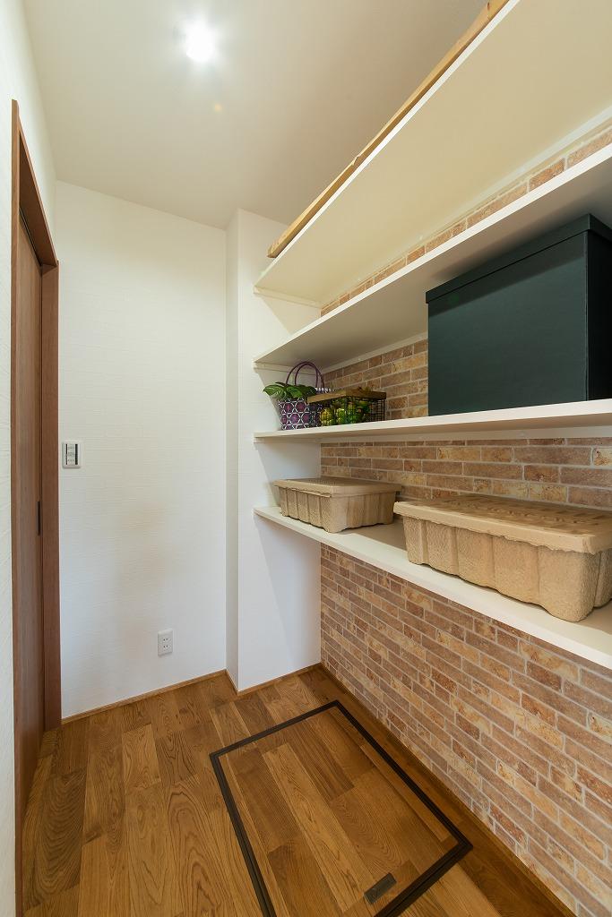 ヘリンボーンの壁と錦鯉色タイル