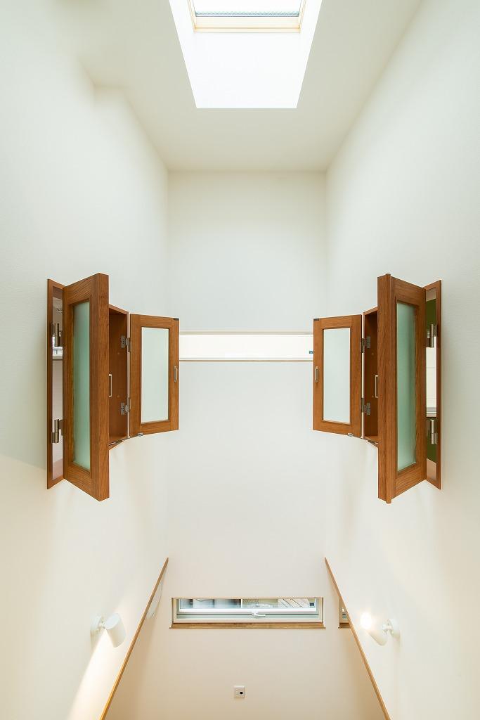 大きなリビング吹抜けとブルーグレーオークの扉