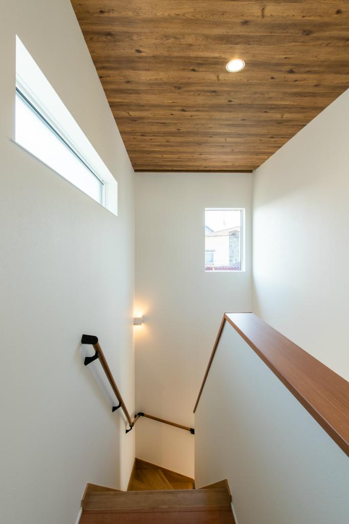 タイルと木目がベストマッチな、エアコン1台で全館空調するお家