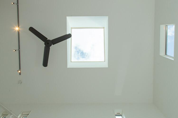 casa cubeでは採光は天窓から取り入れるので、室内は驚くほど明るい。