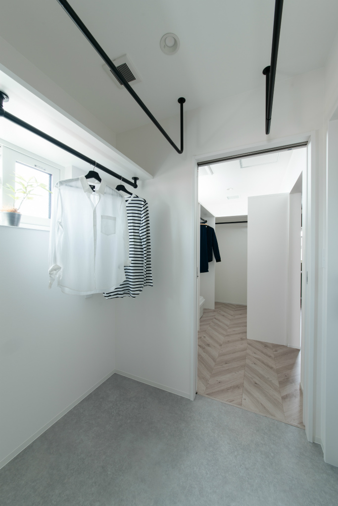 洗濯動線が最高!ファミリークロークが充実! プライベートバルコニーと2階リビングのお住まい